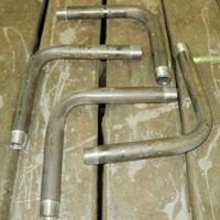Отводы из стальных неоцинкованных труб, гнутые под углом 90 градусов.
